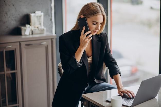 Молодая деловая женщина, работающая на ноутбуке