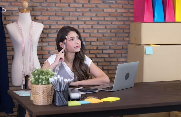 Молодая бизнес-леди, работающая продавать онлайн. удивление и шок на лице азиатской женщины, которая успешно распродала свой интернет-магазин. покупки в интернет магазине