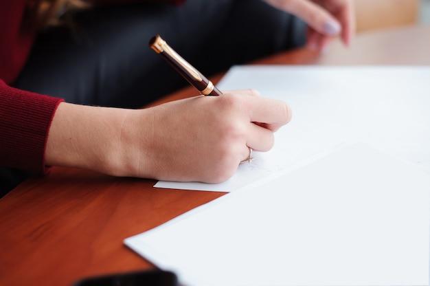 라운지에서 서류와 함께 작업하는 젊은 비즈니스 여자.