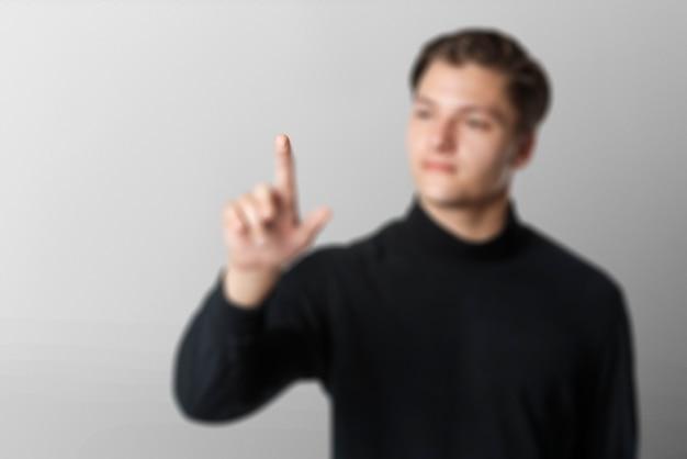 目に見えない画面のスマートな技術に触れる青年実業家の背景