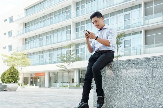 電話をチェックする青年実業家