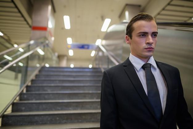 Молодой бизнесмен, изучающий город бангкок, таиланд