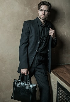 Молодой предприниматель. модный мужчина.