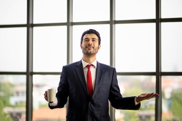 Молодой бизнесмен выступить с речью в конференц-зале.