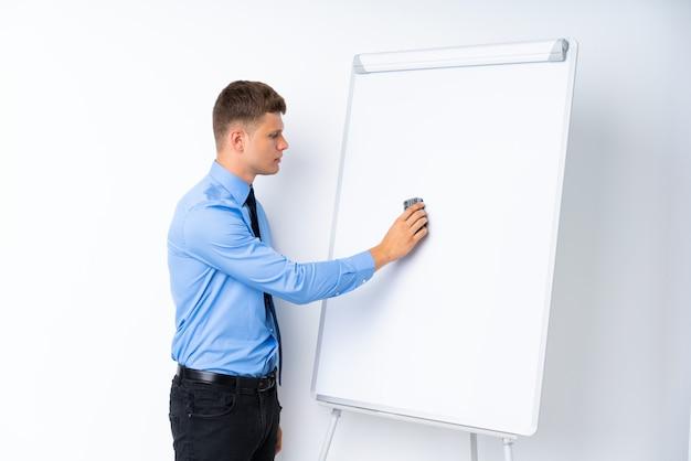 ホワイトボードにプレゼンテーションを行う青年実業家
