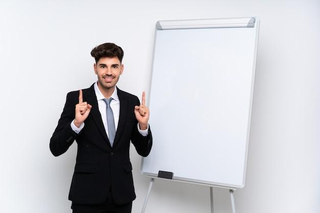 素晴らしいアイデアを指しているホワイトボードでプレゼンテーションを行う青年実業家