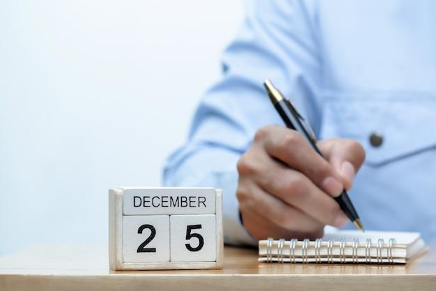 Молодой бизнесмен рука держит ручку с концепцией крайнего срока проекта и концепцией бизнес-стресса