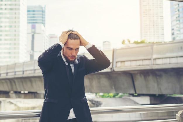 젊은 사업가 손을 머리에 넘겨 작업에 대 한 스트레스.