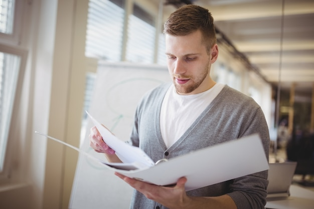 Молодой файл удерживания бизнесмена на творческом офисе