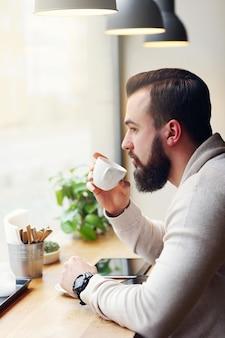 カフェの青年実業家