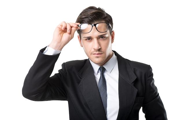 眼鏡、ネクタイ、黒のスーツの青年実業家