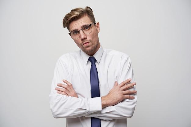 Молодой бизнесмен выглядит недовольным