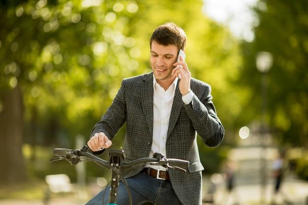 携帯電話を使用してebikeの青年実業家