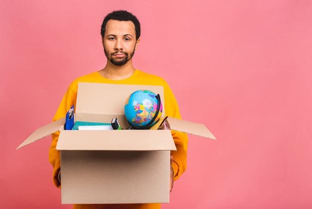 若いビジネスマンまたは新しいオフィスに引っ越したり、フリーランスの仕事のためのボックスで失業者