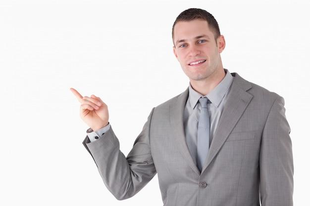 Молодой предприниматель, указывая на что-то