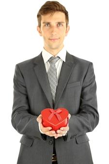 Молодой бизнесмен присутствует подарочная коробка, изолированные на белом