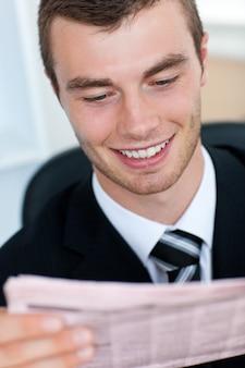 Молодой бизнесмен, чтение газеты