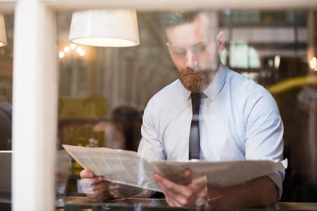 新聞を読む青年実業家