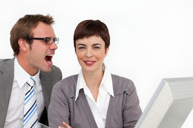 若い実業家、彼の同僚の耳に叫ぶ
