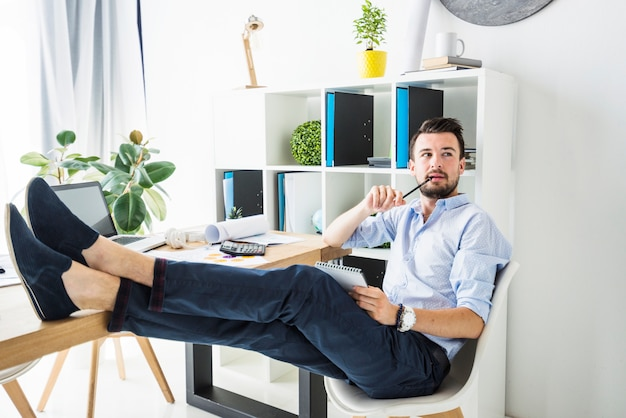 若い、ビジネスマン、オフィス、座る