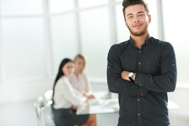 그의 사무실에 서있는 젊은 사업가. 복사 공간 사진