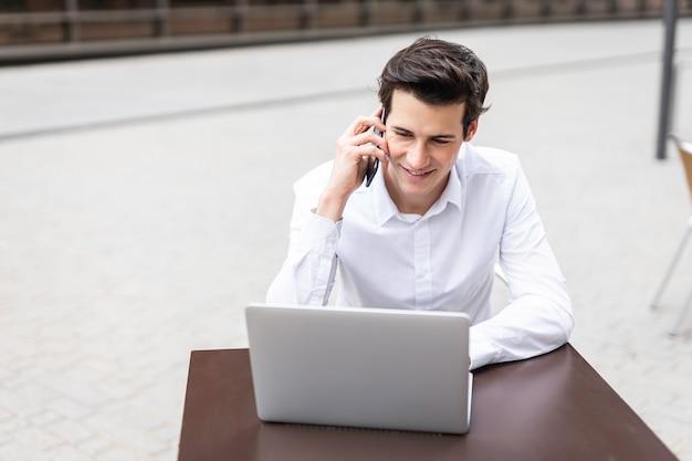 電話で話している青年実業家