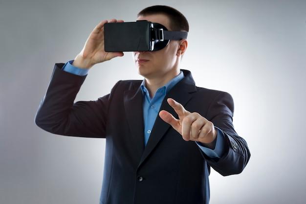 Молодой бизнесмен использует очки виртуальной реальности