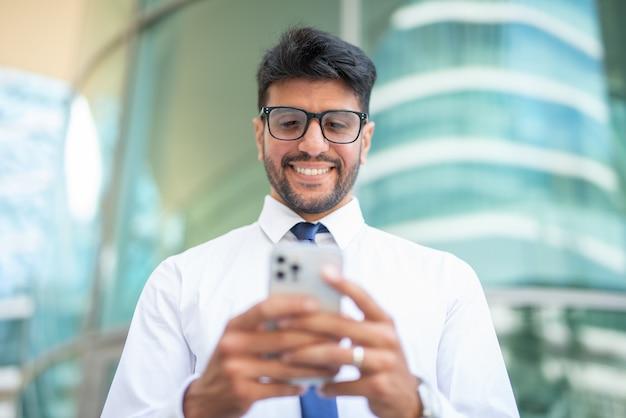 携帯電話を使用して青年実業家