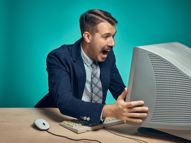 사무실에서 컴퓨터를 사용 하여 젊은 사업가