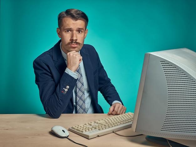 Молодой бизнесмен, использующий компьютер в офисе