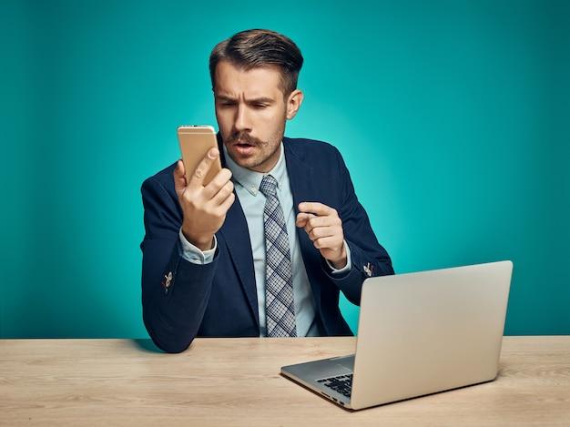 Giovane imprenditore utilizzando il computer in ufficio
