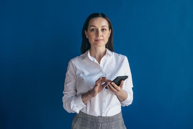 Молодой предприниматель с помощью смартфона портрет женщины с мобильным телефоном