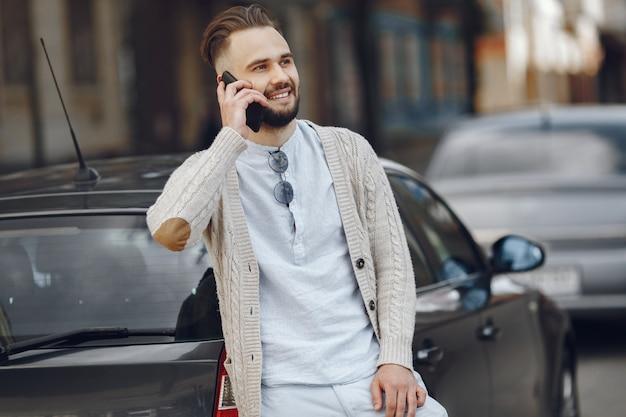 通りを歩いて青年実業家