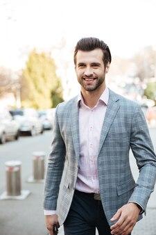 Giovane uomo d'affari che cammina all'aperto