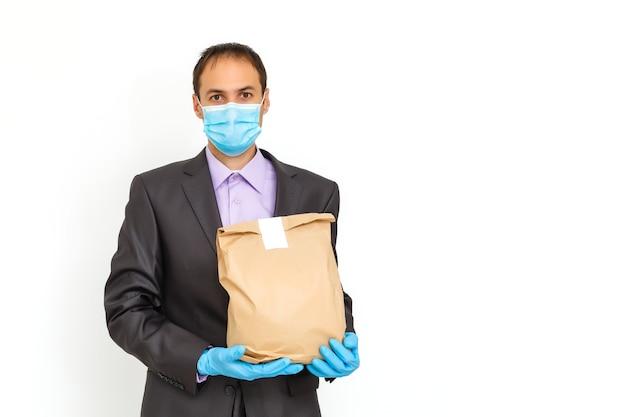 白い背景に保護コロナウイルス医療マスクを身に着けている青年実業家。健康と安全の生活の概念、n1h1コロナウイルス、ウイルス対策、世界的大流行