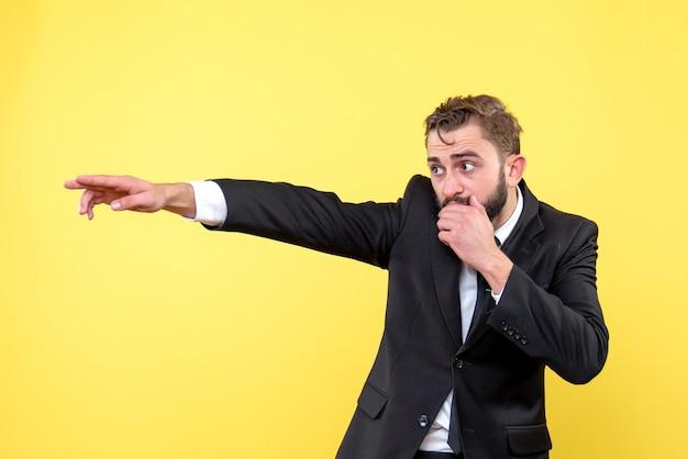 スーツを着て、黄色の孤立したネクタイ