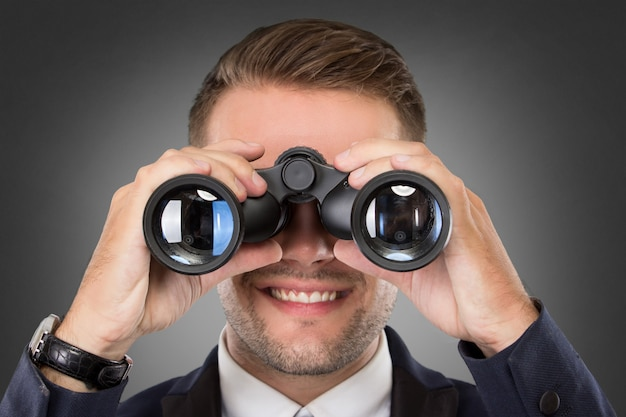 双眼鏡を使って青年実業家