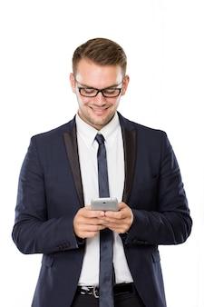 Молодой бизнесмен с мобильным телефоном на руке
