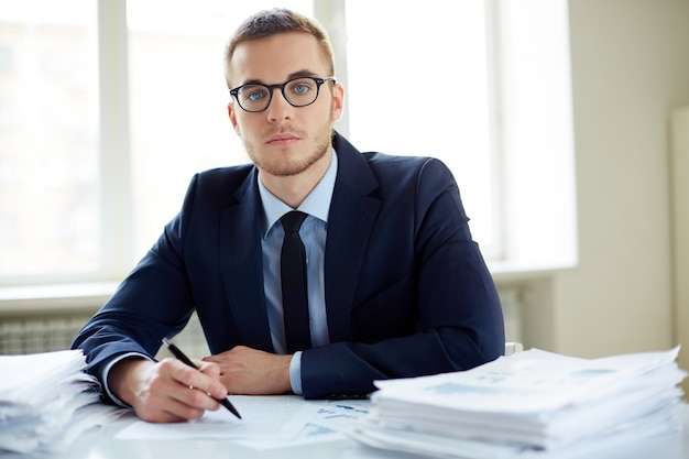 Молодой бизнесмен с большим количеством работы