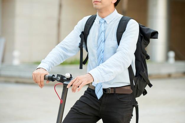 大きなバックパックを持った若いビジネスマン