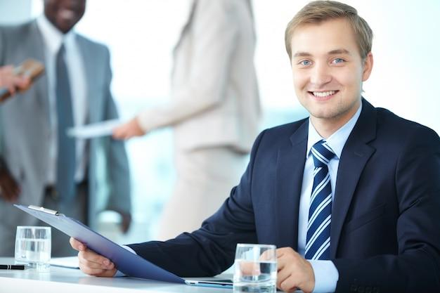 Молодой бизнесмен с буфером обмена