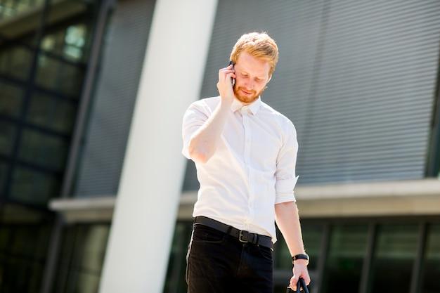 Молодой предприниматель с мобильным телефоном