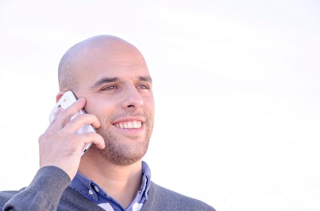 携帯電話を持つ青年実業家