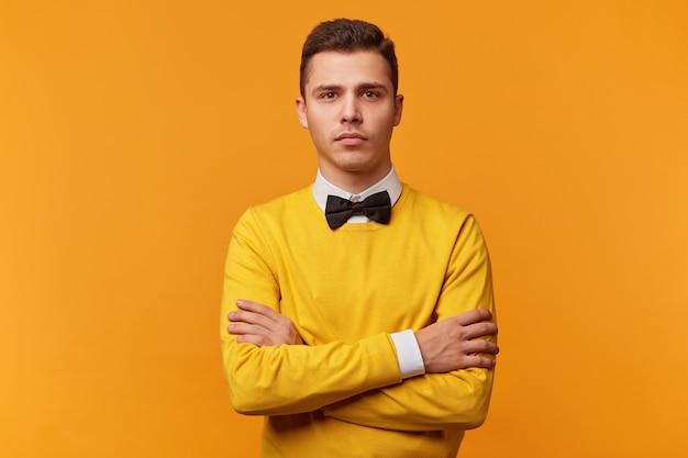 Il giovane uomo d'affari con l'espressione seria del viso riflette sulla questione, concentrato su qualche idea