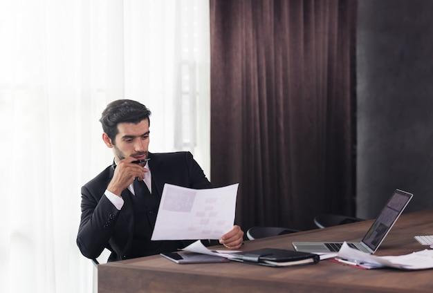 在宅勤務と何かを考えている青年実業家
