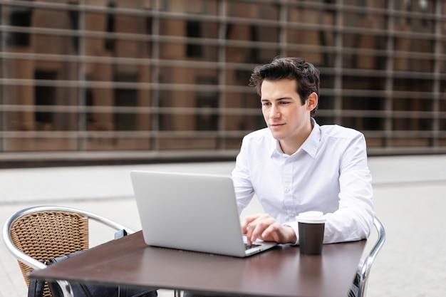 コンピューターで働く青年実業家