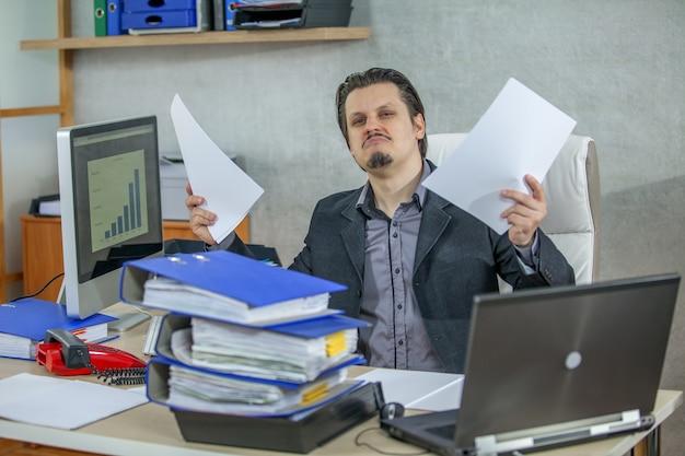 그의 사무실에서 일하는 젊은 사업가-자신감의 개념