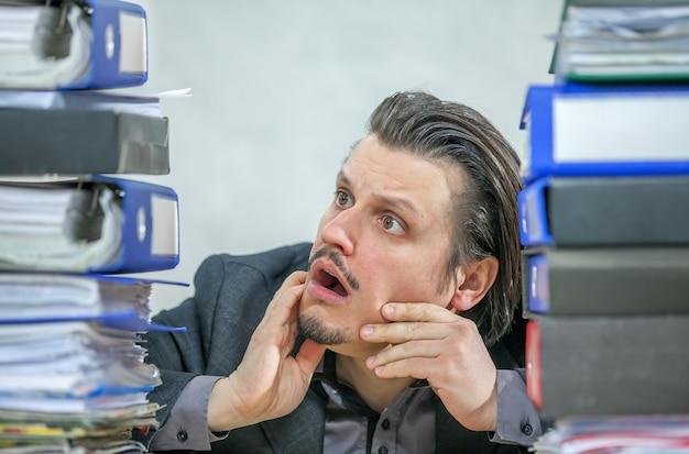 그의 사무실에서 일하는 젊은 사업가-스트레스의 개념