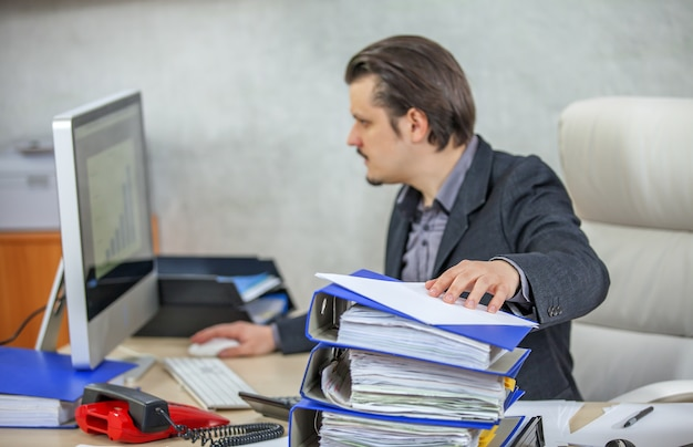 그의 사무실에서 일하는 젊은 사업가