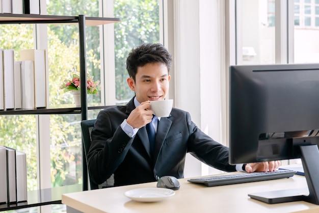 Молодой бизнесмен, работающий в новом офисе